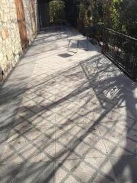 Rénovation complète d'une terrasse en carrelage de galet à La Ciotat par Jar Rénovation.